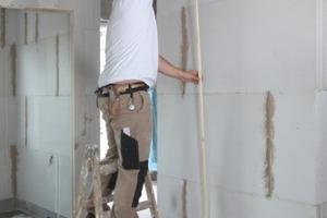 Arbeitsablauf der Montage einer Trennwand mit Elementen von Faay von der Befestigung der Holzführungsleisten über das Zusammenfügen der Elemente per Nut- und Feder bis zum Einschieben des letzten Elements Fotos: Faay Vianen