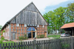 Das translozierte und sanierte Vierständer-Fleetdeelenhaus in Rietberg: Die Aufteilung des ehemaligen Deelentors findet sich in der Gestaltung des großflächigen neuen Fensters wieder<br /> Foto: Marvin Klostermeier<br />