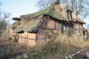 Nach einem Orkan war im Herbst 2009 der Dachstuhl der Kate eingestürzt<br />Foto: Holzbau Gehrmann<br />