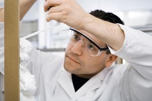 Wird im Labor der Firma Wacker Chemie auf Herz und Nieren geprüft: Der neue Montageschaum auf α-Silan-Basis ohne die gefährlichen Isocyanate