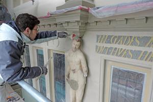 """Auf die Zierelemente aus Buntsandstein und die Putzoberflächen aus Kalk trugen die Maler einen Anstrich aus Silikatfarbe auf<span class=""""bildnachweis"""">Fotos: Kramp &amp; Kramp</span>"""