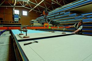 Links: Herstellung der Wandelemente mit Zementbauplatten von Eternit in der Werkstatt der Zimmerei Sieveke