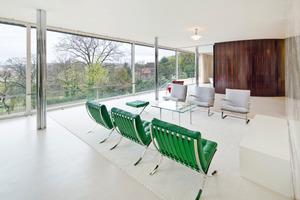 Seit Abschluss der Sanierungsarbeiten im März dieses Jahres kann man auch im Inneren des Gebäudes die luxuriöse und großzügige Architektur von Ludwig Mies van der Rohe wieder erleben<br />
