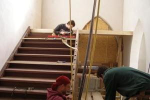 Montage der restaurierten alten Holztreppe<br />