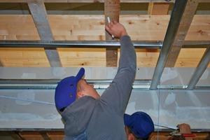 Auch an der Decke kommt es für den Trockenbaumonteur auf die exakte Ausführung der Arbeiten an<br />