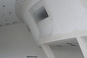 Die schrägen Wände im Audi-Terminal der Heinz Stern AG in Bäretswil sind anderen Belastungen ausgesetzt als klassische Trockenbauwände und mussten entsprechend konstruiert und nachgewiesen werden<br />Foto: Protektor Profil GmbH