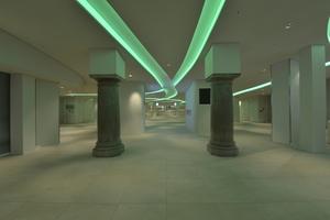 Durch die unterschiedliche Farbwahl in den Leuchtkanälen wird das Foyer inszeniert<br /><br />