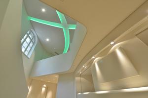 Blick von unten gegen die Decke mit grünem Lichtkanal<br />