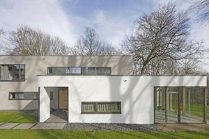 """Das vormals eingeschossige Siedlerhäuschen mit Satteldach wurde zu einem zweigeschossigen Wohnhaus mit Flachdach umgebaut<span class=""""bildnachweis"""">Foto: Robert Mehl</span>"""