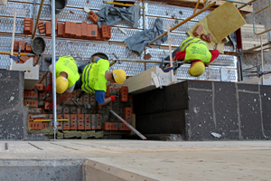 Vor den Stahlbetonrohbau mauerten die Mitarbeiter der Bamberger Natursteinwerke Ziegelmauerwerk zur Befestigung der Sandsteinelemente