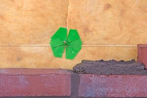 Links: Grüne Klemmscheiben halten den Dämmstoff an seiner Position