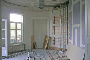 In einem oval geschnittenen Büro mussten die Trockenbauer sogenannte Gravitationswände als freistehende Vorsatzschalen erstellen<br />Fotos: Saint-Gobain Rigips