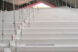 Bild rechts: Um ein Formteil an der Decke zu befestigen, genügten vier Abhänger