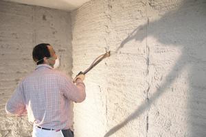Mit dem sulfatbeständigen Sanierputzmörtel Saniment Super verputzte Avni Ukshini die Wände und sorgte so für eine effektive Barriere gegen salzbelastete Bestandteile im Untergrund<br />Fotos: PCI