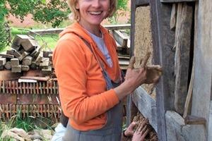 Traditionelle Handwerkstechnik: Die Lehmgefache werden außen zum Schluss mit einer Lehm-Kuhdung-Mischung verputzt. Diese weist das Wasser ab und schützt die Fassade für viele Jahre vor der Witterung<br />