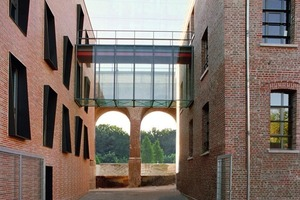 In Aachen stehen nahe dem Hauptbahnhof alt (rechts) und neu (links) – über eine gläserne Brücke miteinander verbunden – gegenüber. Auch der Neubau hat eine Ziegelfassade, diese ist im Gegensatz zum Altbau jedoch als hinterlüftete, vorgesetzte Fassade ausgebildet<br />