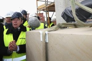 Bundesbauministerin Barbara Hendricks am 1. April auf der Stadtschloss-Baustelle in Berlin bei der Anlieferung des ersten in Sandstein gehauenen Fassadenschmucks<br />Foto: BMUB / Adam Berry