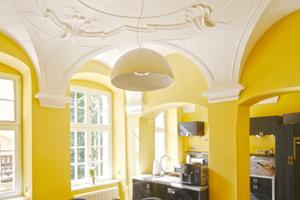 Küche mit aufgearbeiteter Stuckdecke<br />Fotos: Robert Mehl