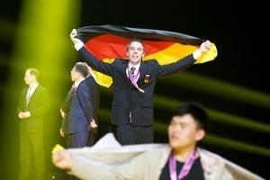 Großer Jubel bei der feierlichen Medaillenübergabe – im Vordergrund Wen-Wie Lin (Taiwan), dem zusammen mit Andreas Schenk die Goldmedaille im Stuckateurhandwerk verliehen wurde