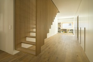 Die moderne Küche bildet einen deutlichen Kontrast zum alten Dachtragwerk