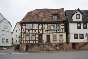 Ein kleines Doppelhaus aus dem Jahre 1694 mit Sichtfachwerk...