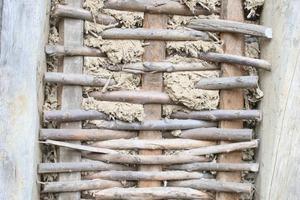 Traditionelles System aus natürlichen Baustoffen: Holzstaken, Weidengeflecht und Strohlehm als Ausfachung im Fachwerkbau<br />