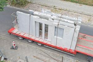Die Wandelemente wurden aus Beton bei Tinglev in Altlandsberg vorgefertigt und per Schwerlasttransporter auf die Baustelle nach Berlin gebracht und ebenso wie die Hohlkörperdecken mit dem Kran verladen