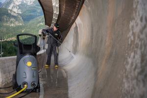 Für die Reinigung der Betonflächen der Fahrrinne kamen Kaltwasser-Hochdruckreiniger vom Typ HD 10/23-4 S zum Einsatz<br />Foto: Kärcher