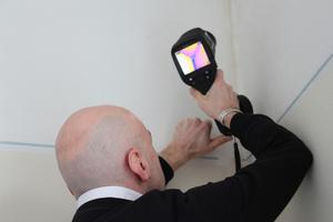 Eine Wärmebildkamera hilft, Baumängel zu finden und die Qualität der eigenen Arbeit zu dokumentieren. Die bauhandwerk-Redaktion hat ausprobiert, worauf man bei der Auswahl achten sollte<br />Fotos: Thomas Wieckhorst