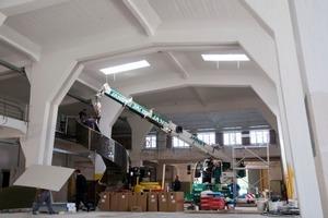 Montage der Stahlspindeltreppe in der großen Halle<br />