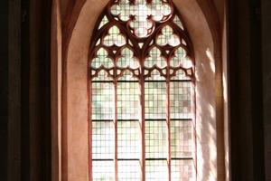 Stimmungsvolles Licht dringt durch das Maswerk ins Innere der Basilika<br />