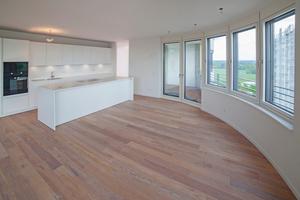 Vorsatzschale mit integrierter Küchenzeile in einer der Wohnungen mit zum Teil runden Grundrissen