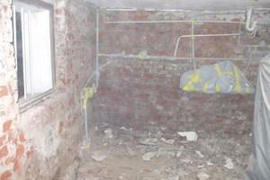 Demontage von salzgeschädigten Putzflächen bis auf das Mauerwerk