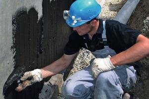 Zur Kellerabdichtung gegen Bodenfeuchte bei nichtstauendem Sickerwasser kann man eine Bitumendickbeschichtung in zwei Lagen mit einer Mindest-Trockenschichtdicke von insgesamt 3 mm aufbringen oder Bitumen-Kaltselbstklebebahnen verwenden<br />Fotos: PCI<br />
