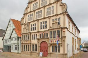 """Die jüngsten Restaurierungsarbeiten am Lemgoer Hexenbürgermeisterhaus beschäftigten sich mit der prächtigen, im Stil der Weserrenaissance gestalteten Ostfassade<span class=""""bildnachweis"""">Foto: Thomas Wieckhorst</span>"""