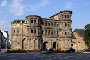 """Die Porta Nigra in Trier gehört seit 1986 zum Weltkulturerbe. Der Name """"Porta Nigra – Schwarzes Tor"""" geht auf den Schmutz zurück, der sich über die Jahrhunderte auf dem Sandstein abgesetzt hat. Dieser soll nun untersucht werden<br />"""