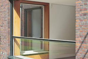 Die Fenster von Haus Lange lassen sich als ungeteilte Glasflächen bis auf eine geringe Brüstungshöhe im Boden versenken