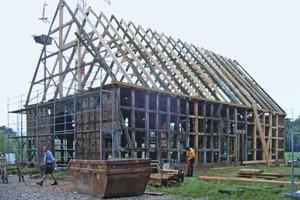 Den Dachstuhl bauten die Handwerker mit den originalen Hölzern wieder auf und fügten zusätzliche Zwischengebinde ein Foto: Fachwerkstatt Drücker & Schnitger