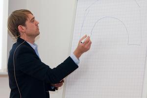 Andreas Fiedler von der Firma Isocell erklärt die Dämmung eines Gewölbes mit Einblasdämmung aus Zellulose an ein einer Skizze<br />