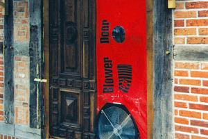 """Mit Hilfe des BlowerDoor-Messverfahrens lassen sich Leckagen in der Gebäudehülle anhand der auftretenden Luftströmungen aufspüren und beseitigen<br /><span class=""""bildnachweis"""">Fotos (3): BlowerDoor GmbH</span><br /><br />"""