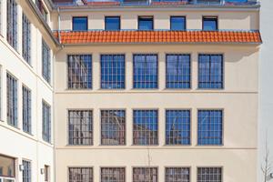 Das Gebäude D war früher Teil der größten Nadelfabrik Europas und zeigt heute mit der detailgetreu erneuerten Fassade und den wiederverwendeten Fenstergittern klar die Herkunft aus dem Industriebau