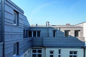 Zum Hof hin wurde das Dach mit Metall ausgeführt<br />