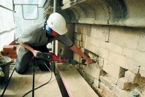 """Reparaturarbeiten an der stark geschädigten Natursteinfassade des """"Altenberger Doms"""" (Foto: Collin Klostermeier)<br />"""