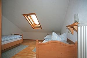 Vorher und nachher: Das dunkel wirkende Gästezimmer mit dem Einzelfenster (linkes Bild) und dasselbe Zimmer nach Einbau der beiden nebeneinander liegenden Dachwohnfenster<br />