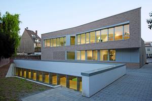 Der Tiefhof vor der Turnhalle ist abgetreppt als Forum gestaltet und kann als erweiterter Schulgarten genutzt werden<br />Fotos: Keimfarben