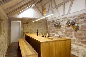 Links: Die Küche mit dem Block aus Eichenholz ermöglicht der Künstlerin im Erdgeschoss auch kulinarische Werke<br />