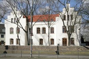 """<div class=""""99 Bildunterschrift_negativ"""">Die St. Mauritius Grundschule in eine von 55 Schulen in Köln, deren oberste Geschossdecke mit dem Dämmhülsensystem (unten) gedämmt wurde</div>"""