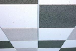 Klassische quadratische Deckenplatten in weiß, grau und schwarz kombiniert<br />