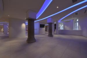 Die Inszenierung der Beleuchtung erfolgt im Foyer größtenteils durch die Lichtkanäle. Das bedeutet viel Streiflicht, das auf Wände und Decken fällt. Entsprechend wurden die Spachtelarbeiten immer wieder unterbrochen, um bei eingeschalteter Beleuchtung die bisher bearbeiteten Oberflächen zu begutachten<br />Fotos: Photo Graf / Rigips