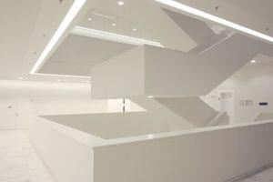 Im zentralen Flügel gibt es zwei gespiegelte Treppenhäuser: eines für die Angestellten, eines für den Souverän